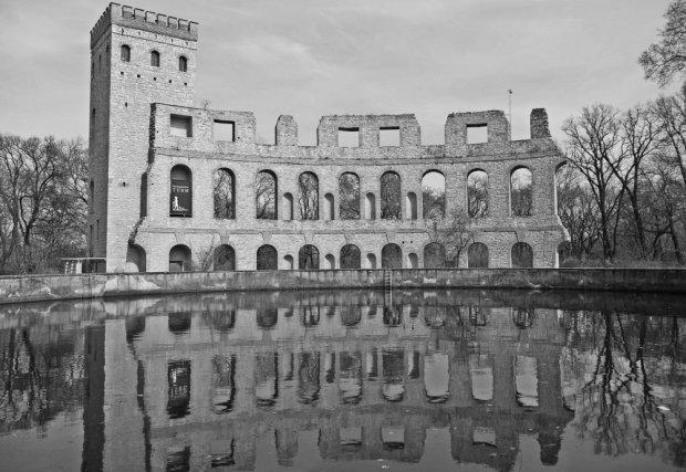 Torre Normanda y teatro reflejados en el depósito de agua en Ruinenberg