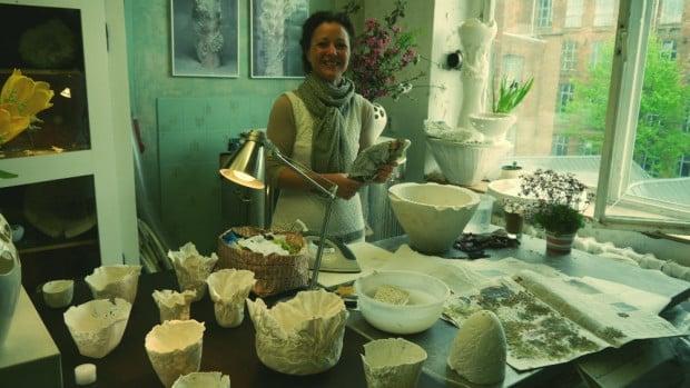 Artista Claudia Biehne en su estudio de la Spinnerei de Leipzig