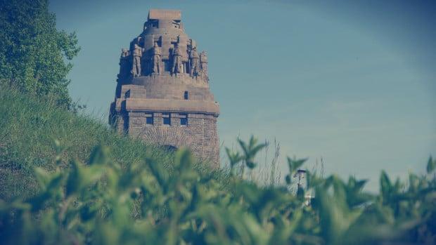 Völkerschlachtdenkmal asomándose tras una colina