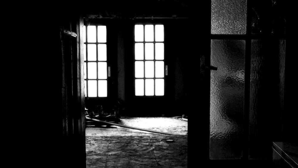 Interior del edificio de correos - luces y cristales