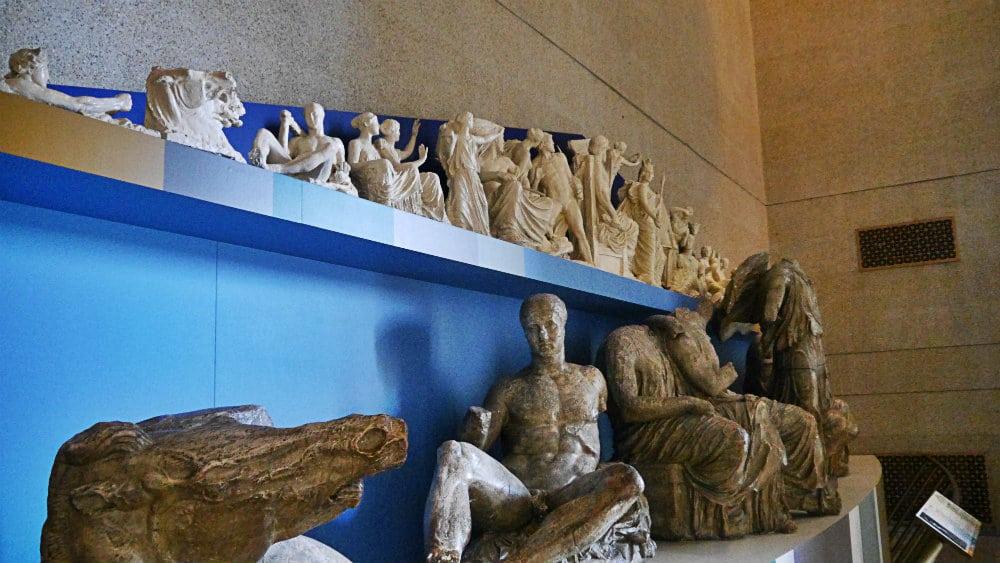 Réplica de las estatuas del tímpano del Partenón tal y como se muestran en el Pergamonmuseum de Berlín