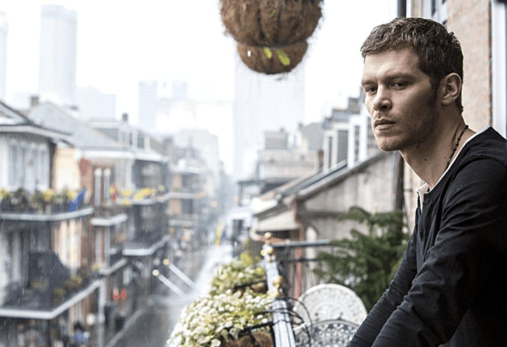 """Uno de los protagonistas de la serie """"The Originals"""" en un balcón del barrio Francés"""