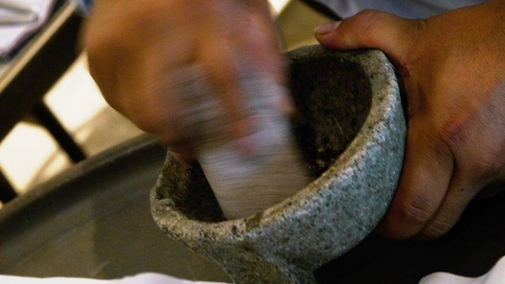 Mezclando los ingredientes de la salsa