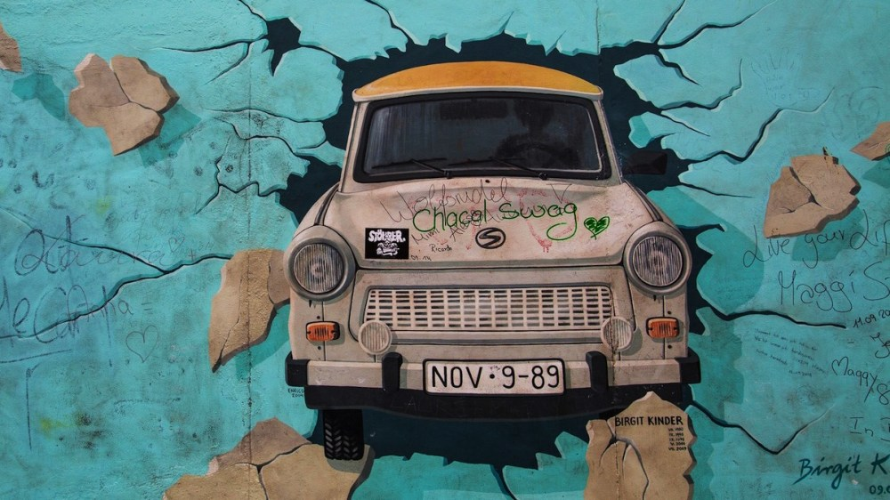 Mural de la East Side Gallery con coche Trabant