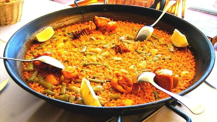 Paella Valenciana - 11 platos que no puedes dejar de probar en España