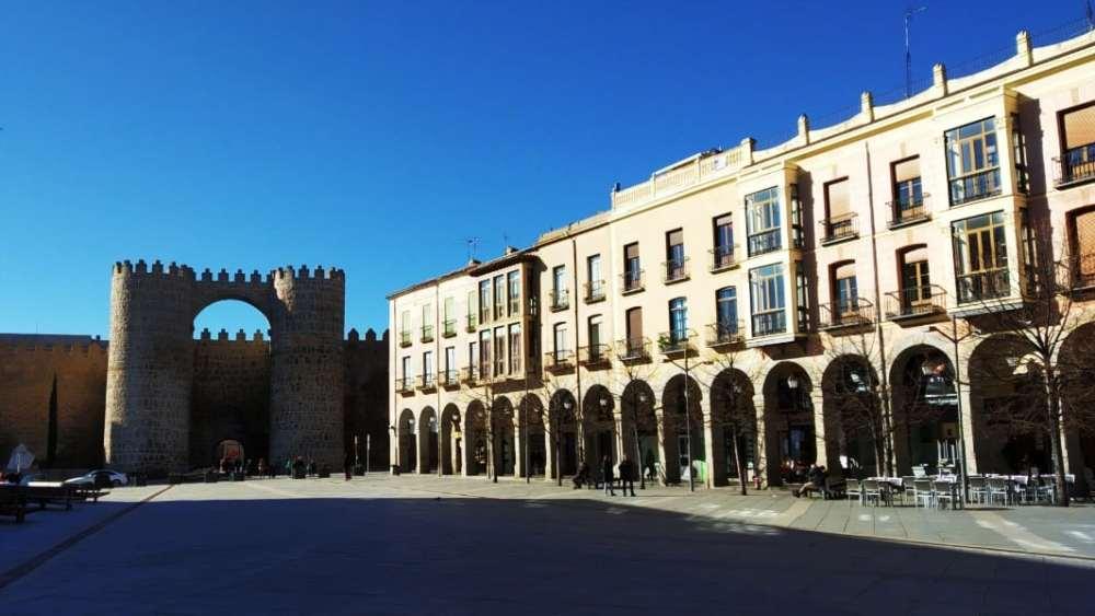 Atracciones de Ávila - Puerta del Alcázar y Plaza de Santa Teresa de Jesús