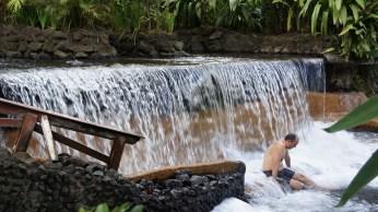 溫泉瀑布內有空間可以坐,彷彿在水濂洞一樣!(喂~猴不才這樣!)