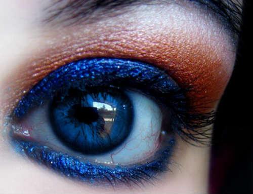 Machiaj ochi albastri cu farduri de culori intense