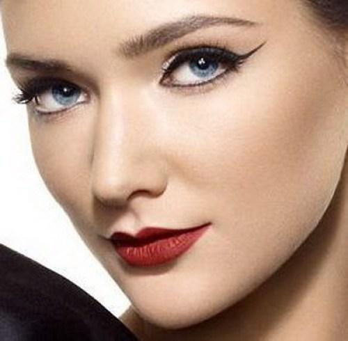 Eyeliner pentru machiajul ochilor albastri