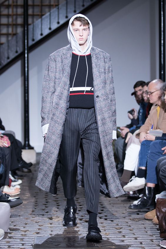 Asortare pantaloni barbati in dungi cu palton carouri