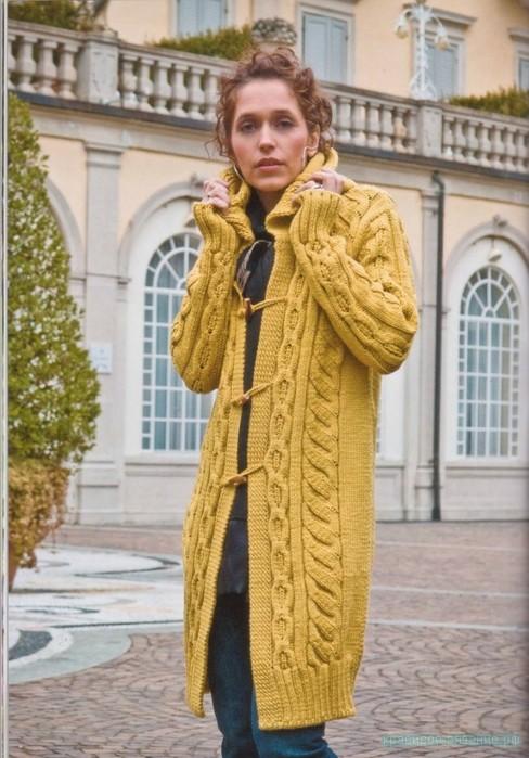 Красивое пальто спицами.