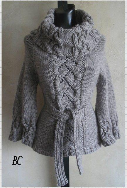 Вяжет красивый свитер спицами