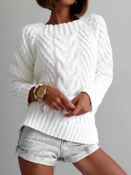Белый джемпер с широкой косой.