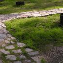 Гранитная дорожка из рваного камня
