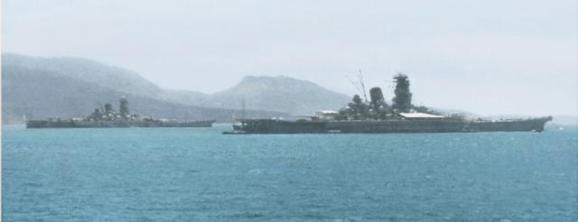 トラック泊地の連合艦隊旗艦戦艦武蔵(手前)と戦艦大和(後方)