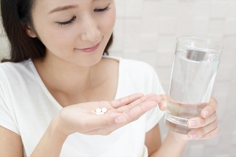 腎臓病サプリメントを飲む女性