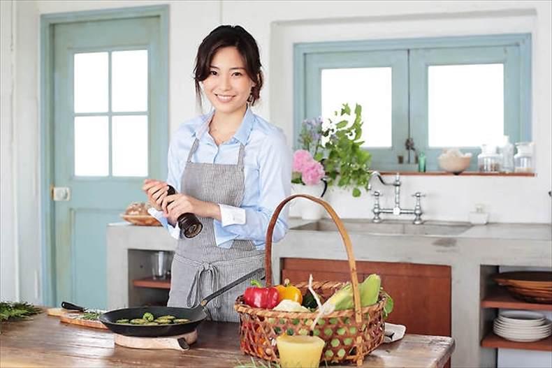 食宅便の女性