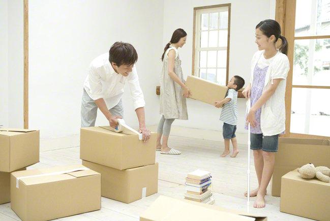 引越しの作業をする家族