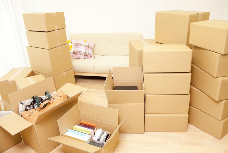 ダンボール箱が積みあがった引越し前の部屋