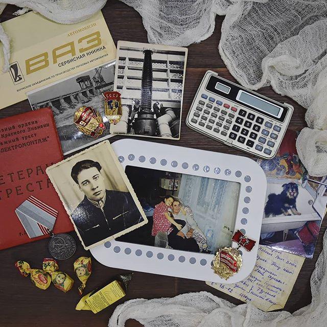 """Год из года я опускаю эту тему, но сегодня хочу написать про одного человека, который был частью моей жизни 15 лет и навсегда остался в моем сердце.Я не люблю День космонавтики, потому что шестнадцать лет назад, 12 апреля, не стало моего дедушки, Агеева Евгения Дмитриевича. Но годовщина- ещё один повод вспомнить этого человека. И сегодня я вас с ним познакомлю 🤗⠀Дедушка родился в 1934 году в селе с забавным названием Мордовское Афонькино. Из названия можно сделать вывод, что жители села - мордва. Так и есть. Дедушка - мордвин, эрзя. Это не забавные словечки на тарабарском языке, а принадлежность к этносу 🤗⠀У дедушки был брат-близнец, который прожил лишь несколько месяцев. Также есть три сестры (с младшей у них разница больше 30 лет ) и один брат.⠀В 57 году дедушка женился на моей бабушке Лиде, с которой познакомился в Жигулёвске. Там он учился на электрика. Свадьба состоялась 31 декабря, бабушке было 19, а дедушке - 23. Через 4 месяца родился мой дядя. А своего первенца они потеряли в родах за год до этого. Спустя 6 лет на свет появилась моя мама ️⠀Дедушка - гидроэлектромонтажник. Он участвовал в строительстве 4 гидроэлектростанций, в том числе в Иране. Много лет он мотался по командировкам, а когда шло строительство Воткинской ГЭС, решил осесть в этом районе. Так наша семья и закрепилась в Чайковском.⠀За столом дедушка любил ввернуть пару словечек по-эрзянски. Делюсь тем, что помню! """"Вишкене пеньч"""" - """"Дай мне ложку"""" """"Кше"""" - """"Хлеб"""" """"Арась"""" - """"Нет"""", """"Сал"""" - """"Соль"""", """"Ям"""" - суп. А ещё иногда пел песенку """"Вик вак варган, пипка сатарган, туян папанькиева, попантеть нетарныть, варакат неварныть"""". Когда мама перепела это своей тете, она засмеялась, и сказала, что песенка эта неприличная. А мы до сих пор не знаем, о чем там поется 🤣⠀Несмотря на то, что дедушка - электрик, в квартире с электрикой всегда была жоппа  Какие-то странные скрутки и провода, подкрученный счётчик, выключатели вверх тормашками, и непонятного вида примочки, торчащие из потолка - это наша бытность ⠀Дед"""