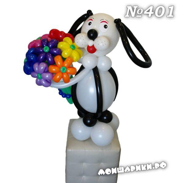 Собачка с большим букетом цветов