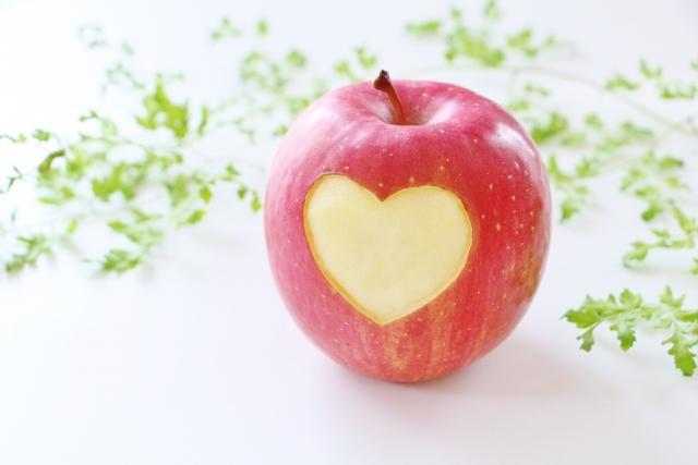 リンゴでハートをかたどった