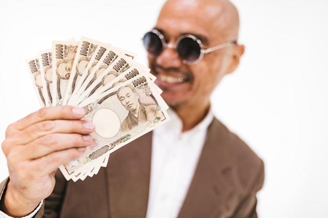 お金に喜ぶ男性