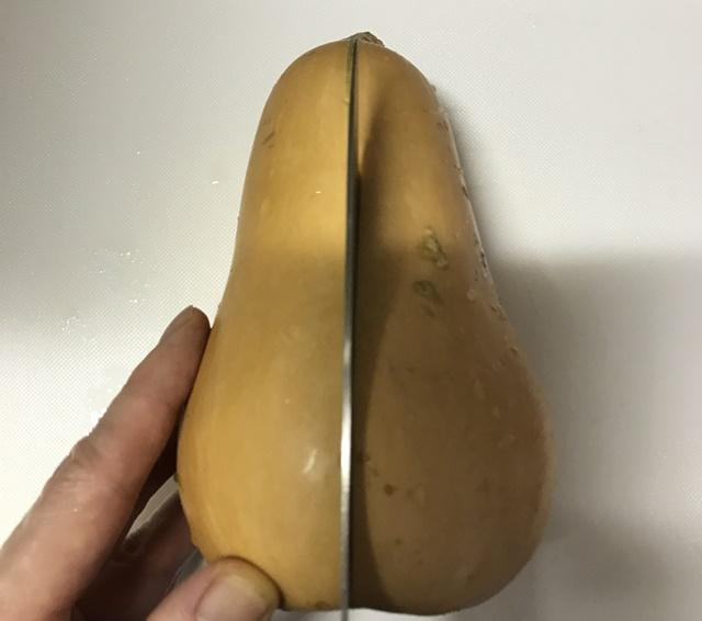 包丁を入れたバターナッツ