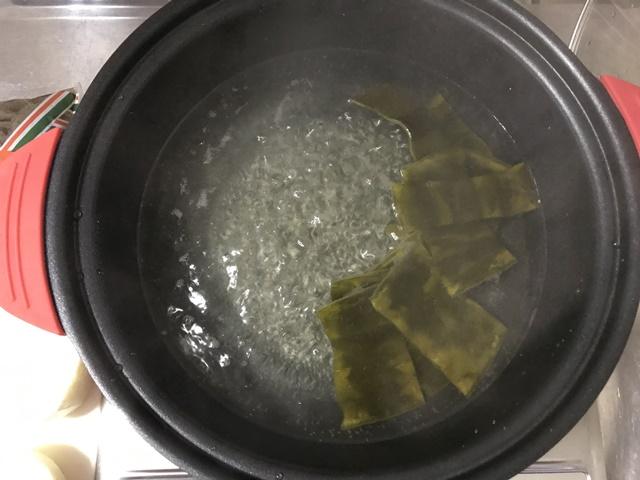 昆布を入れた水が沸騰した状態