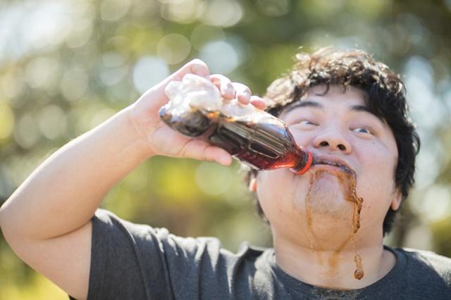 生活保護の生活扶助でコーラをがぶ飲みする生活保護受給者