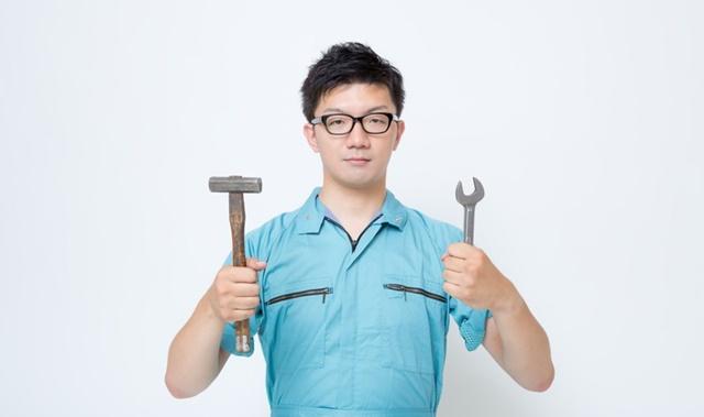 生業扶助で買った工具を見せびらかす男性