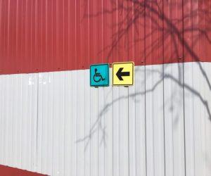 Доступность для инвалидов всех категорий, тактильная табличка направления