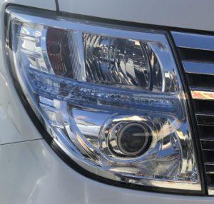 エルグランド E51のヘッドライトの曇りを削り落としてから磨き上げます! 新品の様にきれいになります。施工前