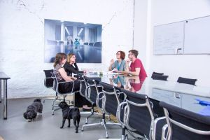 Gesunde Mitarbeiter, Unternehmen und Hunde duchr den Bürohund