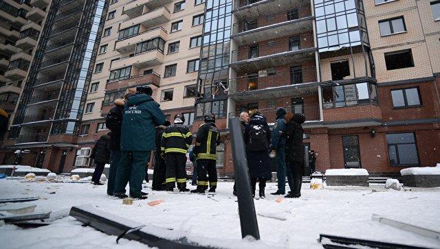 Сотрудники полиции и МЧС РФ на улице Репищева в Санкт-Петербурге. 9 февраля 2018