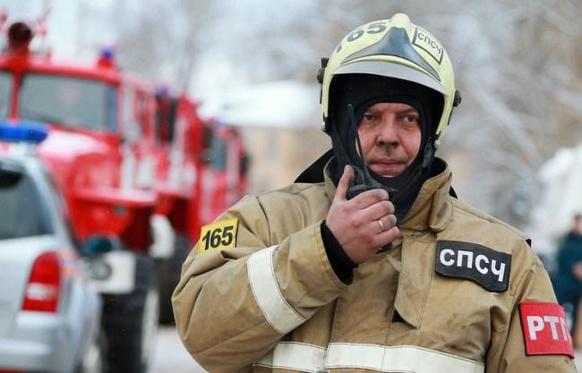 Спасатель на месте взрыва бытового газа в жилом доме на Минской улице в Иваново