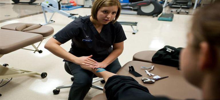 Кинезиотейпинг подготовка на кожата и оформяне на кинезиологичната лента