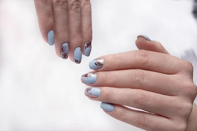decoraciones uñas con brillos sencillos semipermanentes azul claro con manchas marron