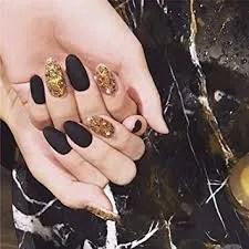 uñas pintadas negras y doradas