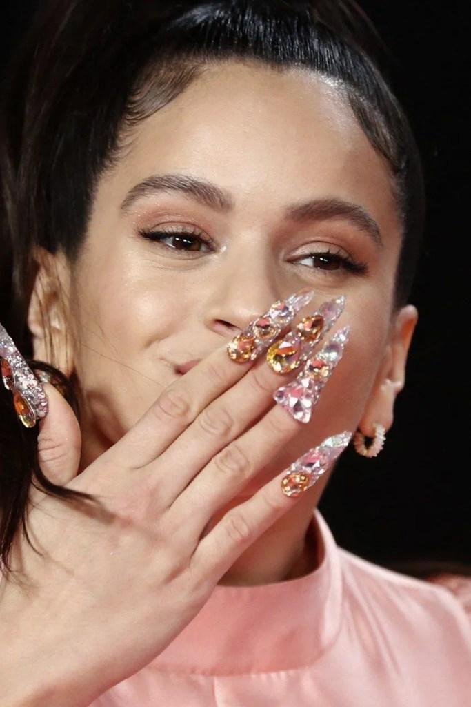 Rosalía Mandando besos a Sus fan y se ve sus Uñas largas