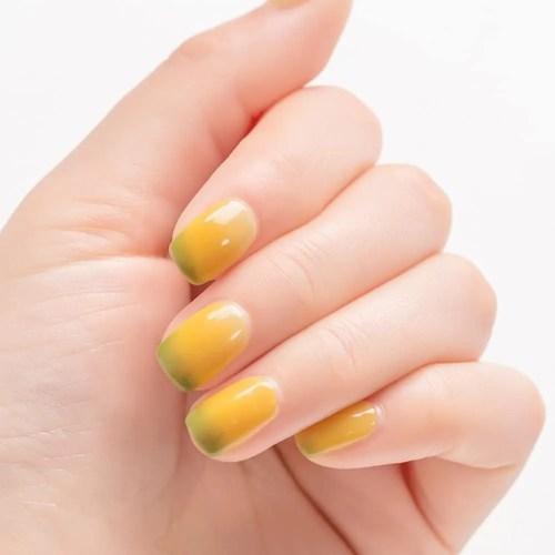 uñas de verano color amarillo 2021