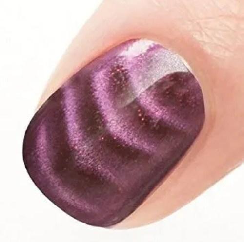 Uñas de color berenjena 2021 en dedo gordo