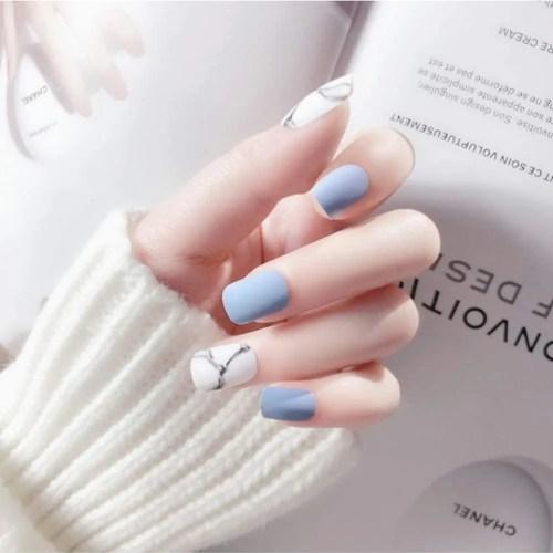 Las uñas falsas azul ofrecen diferentes tamaños para que sean fáciles de distinguir