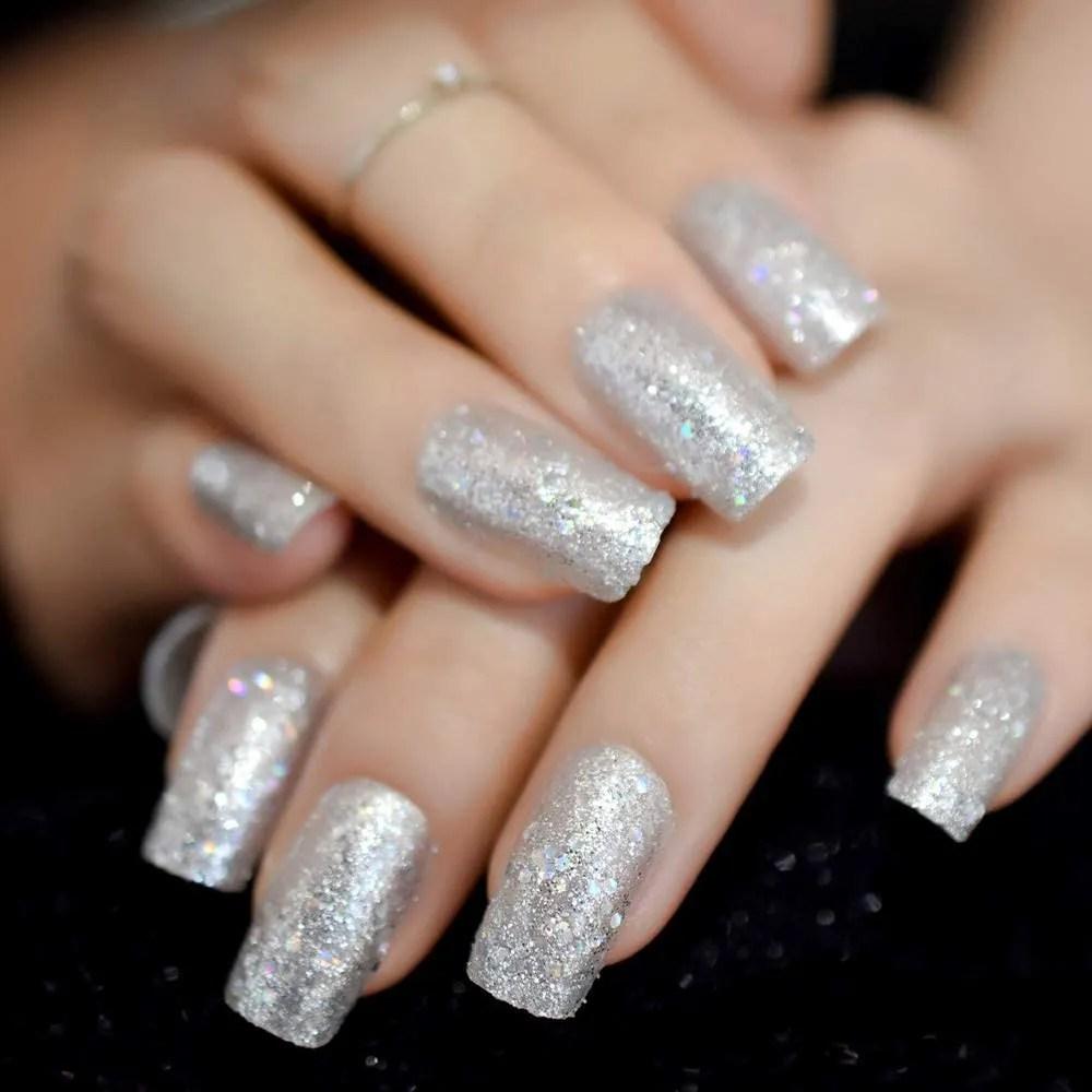 uñas de color plata con purpurina