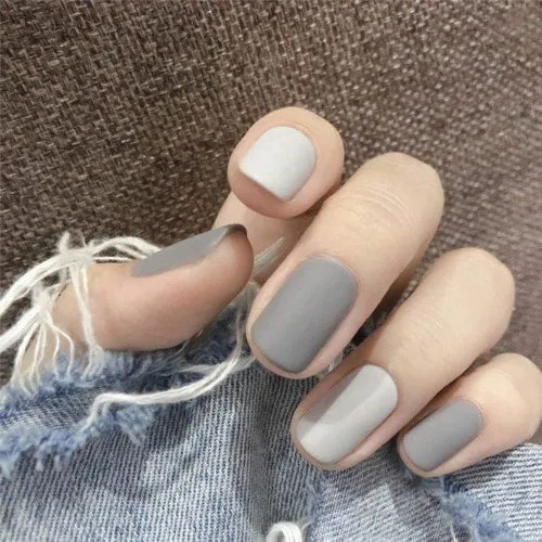 uñas falsas cuadradas de color gris mate con blanco 2022