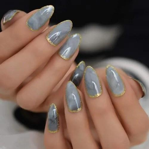uñas postizas de mármol grises con purpurina dorada