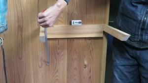 作業部屋のスライド丸ノコの上に簡単な棚を作る (37)