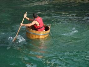 川を渡る人