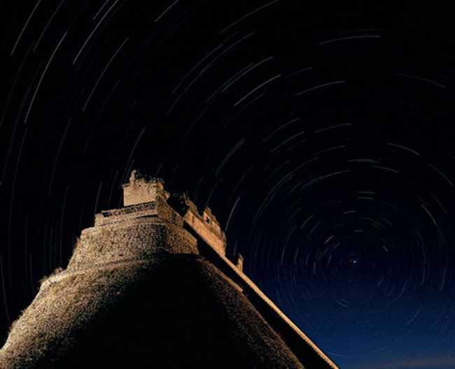 Звезды, во главе с Полярной, проносятся в ночи на сделанном с большой выдержкой снимке Дома волшебника в Ушмале. Майя проявляли особый интерес к астрономии. Они составили точный солнечный календарь, вычислили циклы движения некоторых небесных тел, рассчитывали затмения. Важные мероприятия, такие как битвы и жертвоприношения, планировались с учетом движения Венеры и, возможно, Юпитера.