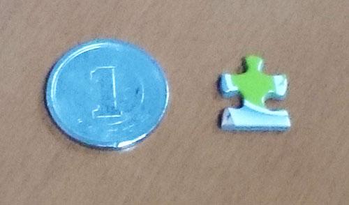 04かよちんパズル1ピースと1円玉を比較